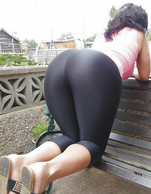 Yoga Pants Pussy Bending Over to Show Her Big Ass