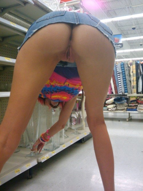 Nude Upskirt Flashing in the Supermarket